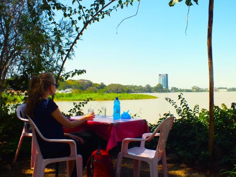 Lounastauolla kaikki lähtevät yleensä koteihinsa syömään. Lounastauko on pidempi kuin Suomessa, yli tunnin. Tässä odotellaan lounasta Tana-järven rannalla. Taustalla Bahir Darin ainoa pilvenpiirtäjä. Kuva: Atte Penttilä